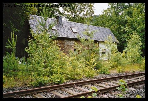 Bf Grenzau ehemaliger Stall und Gleis 1 im Vordergrund